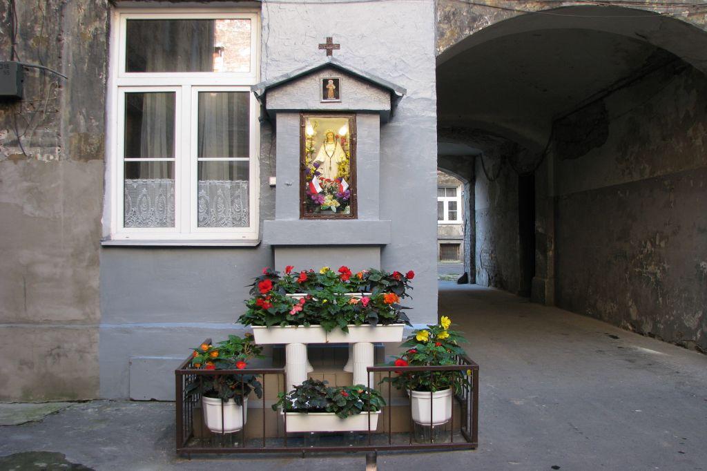 Kapliczka na podwórku przy ulicy Brzeskiej 9, fot. Iwona Gmyrek