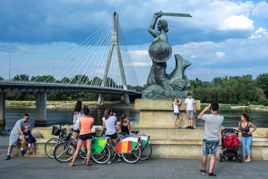 Pomnik Syrenki Warszawskiej nad Wisłą, fot. Warszawska Organizacja Turystyczna