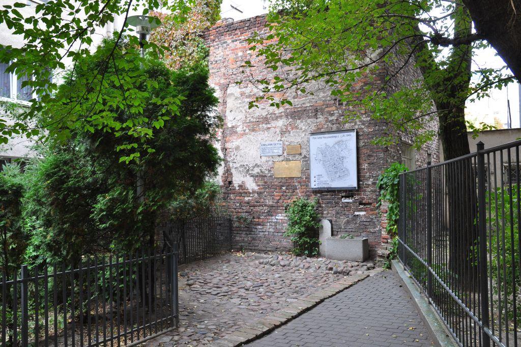Fragment muru getta przy ulicy Złotej 60, fot.Tomasz Nowak