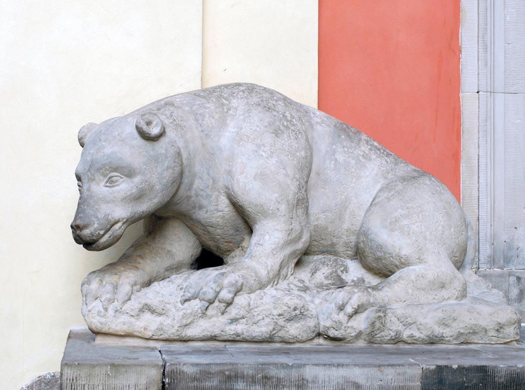 Kamienny niedźwiedź przed Sanktuarium Matki Bożej Łaskawej, fot. Tomasz Nowak