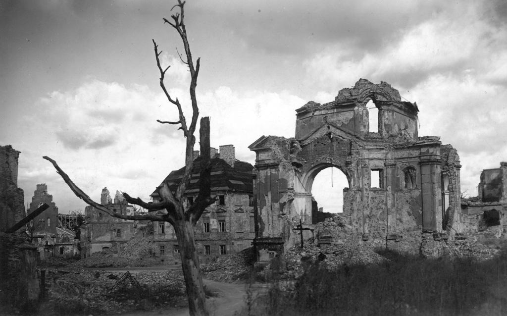 Rynek Nowego Miasta, ruiny kościoła Sakramentek, 1945, fot. autor nieznany, Muzeum Powstania Warszawskiego