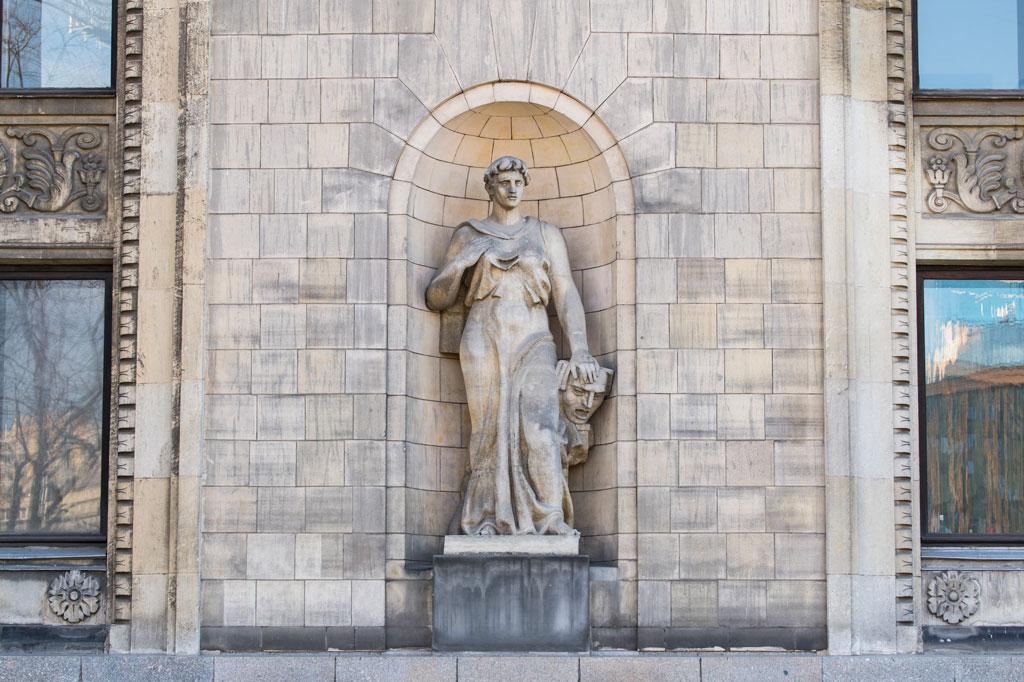 Rzeźba muzy Melpomene przy Pałacu Kultury i Nauki, fot. Filip Kwiatkowski