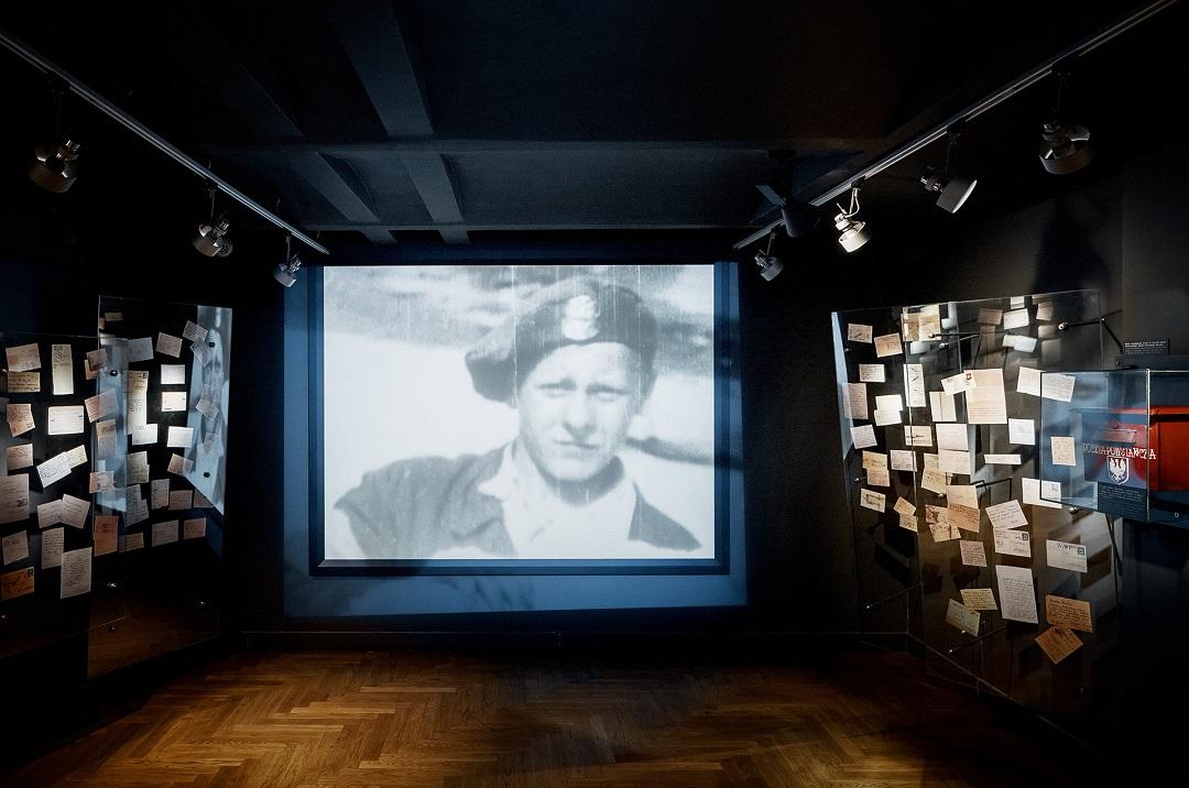 Ekspozycja wewnętrzach Muzeum Powstania Warszawskiego przedstawiająca młodego powstańca